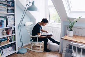 Auch eine kleinere Wohnung hat oft mehr Stauraum als gedacht. Foto rawlings_photography via Twenty20