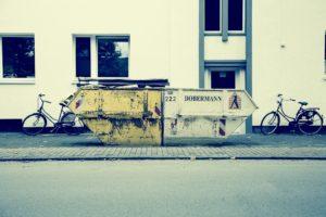 Container sind bestens geeignet, um alte Pflastersteine zu entsorgen.