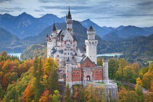 Das Schloss Neuschwanstein kann als Fototapete dem Wohnzimmer rustikalen Charme verleihen. Foto rudi1976 via Depositephotos.