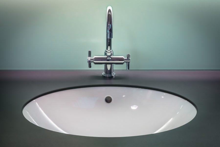 Das obere Loch im Waschbecken hat eine wichtige Funktion.