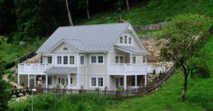 Der Bau eines Holzhauses kann sich in vieler Hinsicht lohnen.