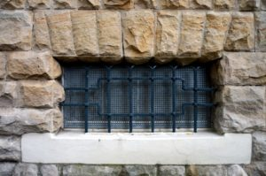 Der Einbruchschutz für die Kellerfenster sollte besonders sicher sein.