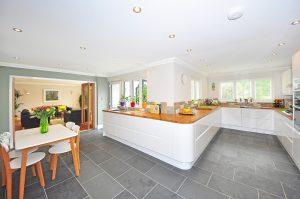 Die Küche ist oft auch Lebensmittelpunkt. Eine perfekte Beleuchtung muss sein.