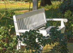 Die Parkbank verleiht jedem Garten einen natürlichen Charme.