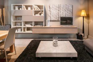 Die Wohnzimmerlampe sollte zum Ambiente des Raums passen.