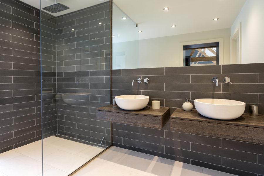 Die bodengleiche Dusche ist bequem für Jung und Alt.