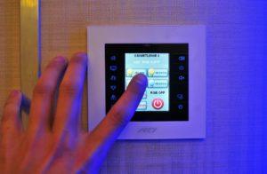 Die smarte Steuerung der Beleuchtung ist komfortabel und spart Geld.