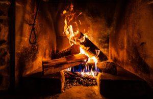 Ein Holz-Kaminofen spendet Wärme und gibt Geborgenheit.
