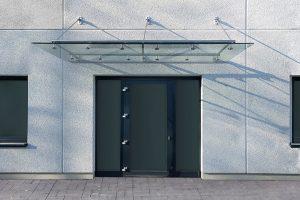 Ein Vordach aus Glas kann jeden Hauseingang verschönern. Bildquelle:© Glasprofi24 GmbH