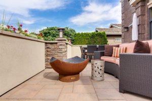 Eine gemütliche Terrasse verschönert jeden Sommerabend.