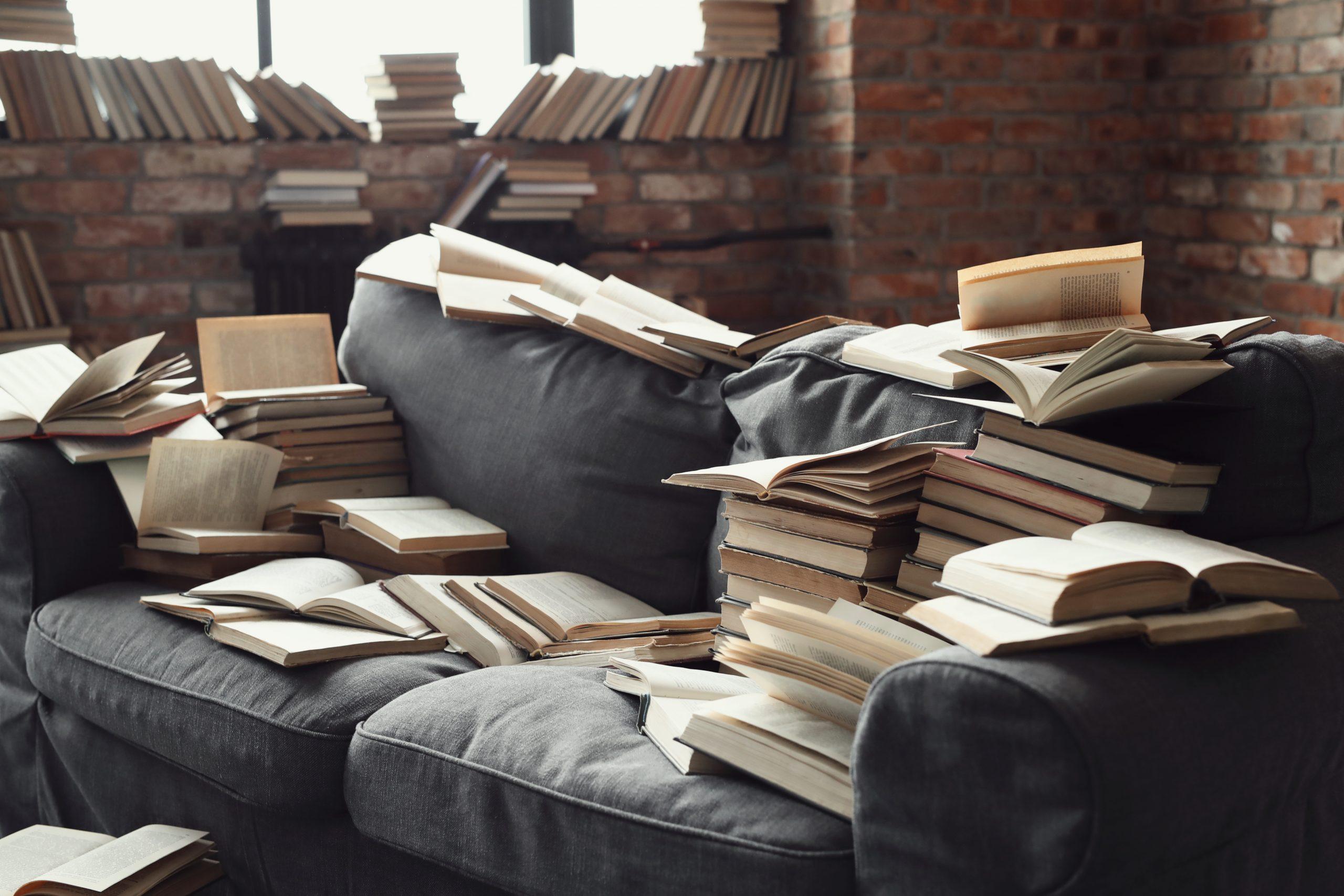 Hier würde ein Bücherregal Ordnung ins Chaos bringen.