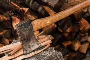 Holz spalten hält körperlich fit. Foto stevepb via pixabay