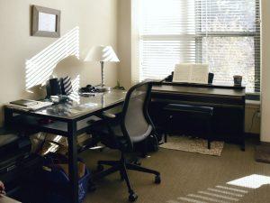 Holzjalousien und Alujalousien können auch das Home Office wohnlicher machen. Foto: Anyra via Twenty20