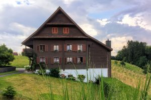 Massivholzhäuser bieten nicht zuletzt gesundheitliche Vorteile. Foto sonja.andenmatten via Twenty20