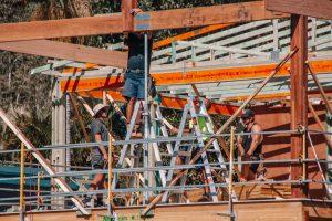 Nicht alle Arbeiten sollte man bei Hausbau als Eigenleistungen erledigen. Foto: INimages via Twenty20