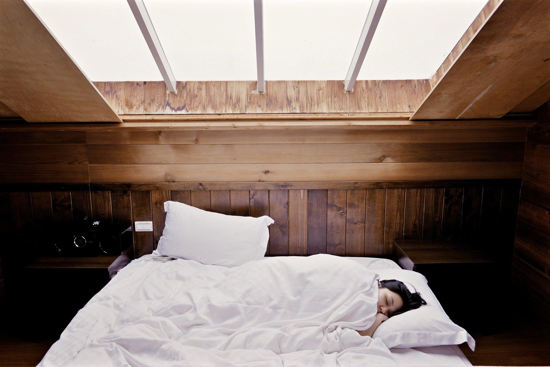Schlafen mit oder ohne Kissen, was ist gesünder?