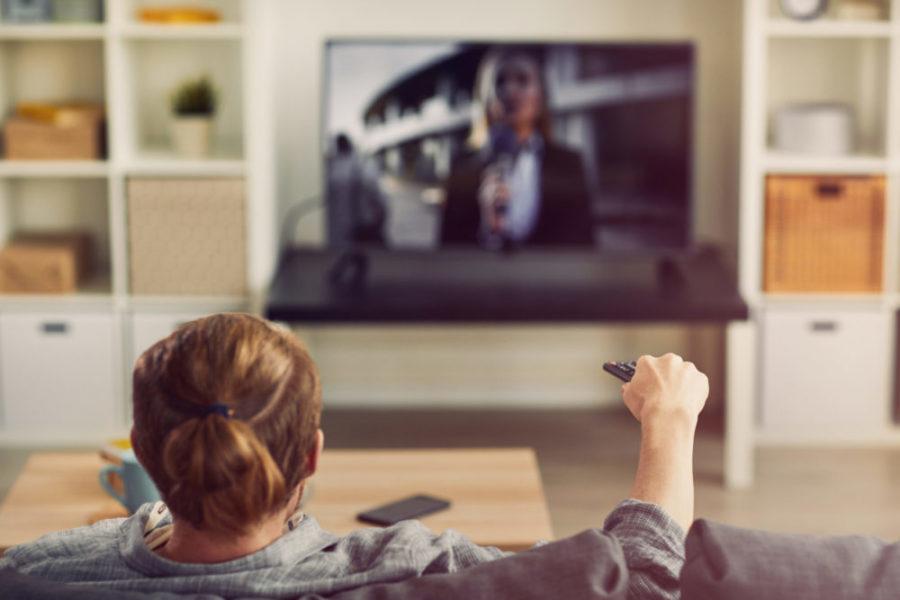 Smart Entertainment Unterhaltung im Wohnzimmer scaled