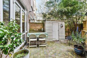 Terrassenplatten verlegen – so charmant kann das aussehen. Foto: casamedia via Twenty20