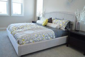 Über das richtige Bettwäsche Set entscheiden nicht nur Muster und Farbe. Bild ErikaWittlieb@pixabay.com.
