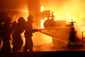 Weil Brände verheerende Folgen haben können, sind Brandschutzkonzepte in vielen Gebäuden Pflicht.