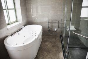 Modernes Badezimmer mit stylischer Duschabtrennung. Foto: XiXinXing via Envato