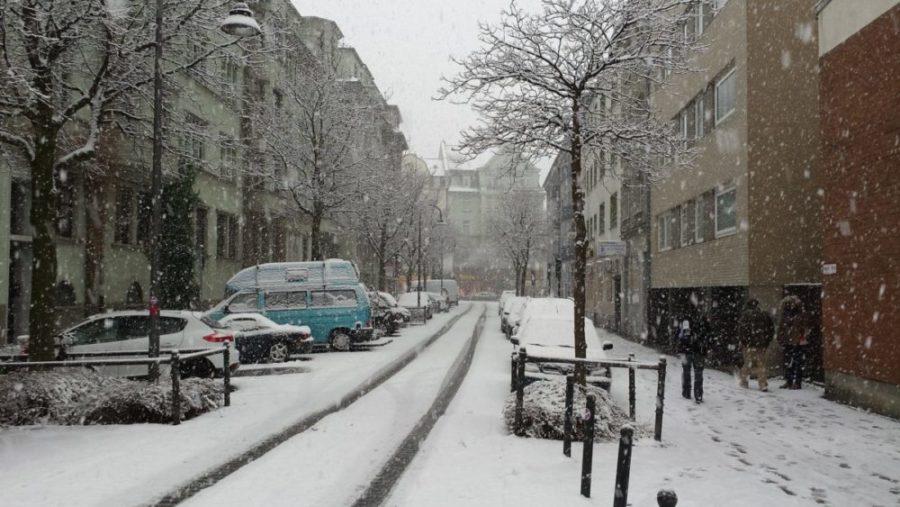 wub Schnee auf Gehweg